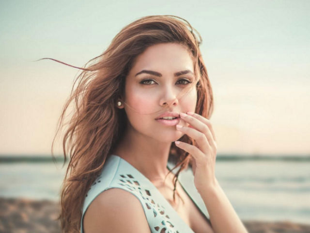 Esha Gupta Isn't Engaged. Actress Reveals Truth About the Diamond Ring